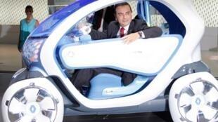 El presidente de Renault, Carlos Ghosn, a bordo del auto eléctrico Twizy Z.E. (Zéro Emission).