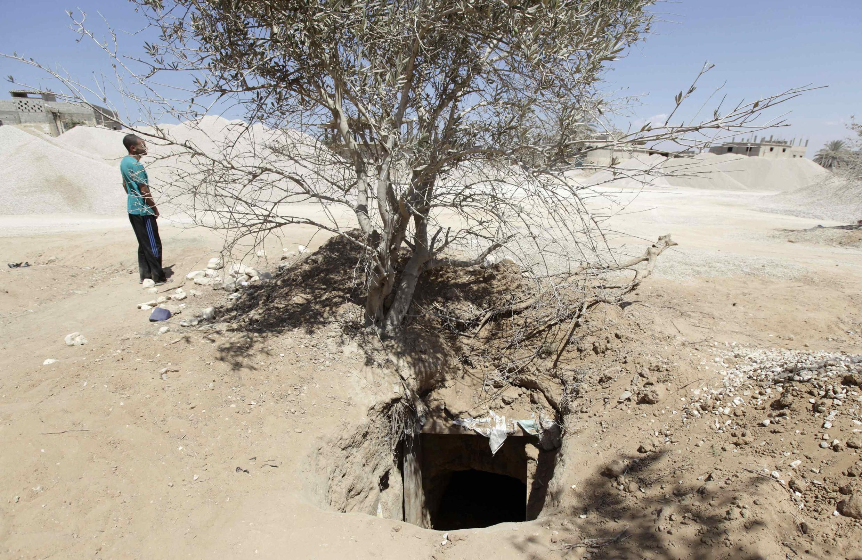 Passage de Rafah, le 9 août 2012. Un homme s'approche d'un tunnel qui relie l'Egypte à la Bande de Gaza.