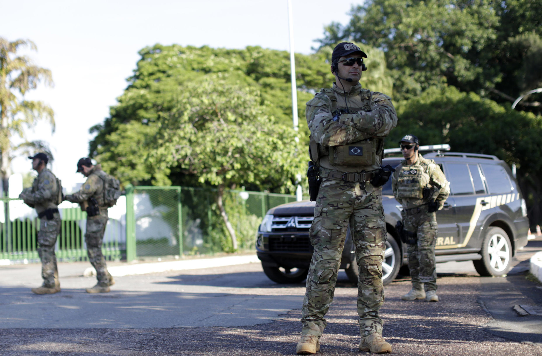 Des policiers fédéraux devant la résidence d'Eduardo Cunha, le 15 décembre 2015.