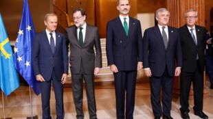 Oviedo (Espagne), le 20 octobre. Donald Tusk, président du conseil européen, Mariano Rajoy, le roi Felipe VI, Antonio Tajani, président du Parlement européen et Jean-Claude Juncker, celui de la Commission européenne ont apporté leur soutien à l'Espagne.