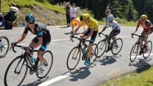 Chris Froome junto a su escudero Richie porte y seguido por Nairo Quintana en los Pirineos.