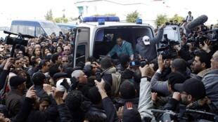 突尼斯众人目送在救护车里躺着的遇刺反对派领袖克里∙贝莱德