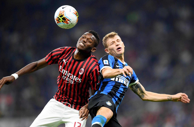 Foto de aqruivo mostra embate entre Rafael Leao, do Milan, e Nicolo Barella, da Inter de Milão, em partida disputada em setembro de 2019.