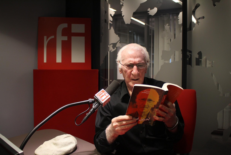 زکریا هاشمی در استودیو بخش فارسی رادیو بینالمللی فرانسه