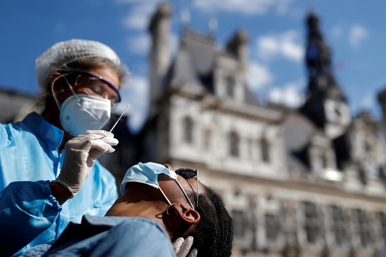 COVID-19 во Франции: Париж объявлен зоной максимальной опасности. На фото: тест на коронавирус перед зданием мэрии Парижа.