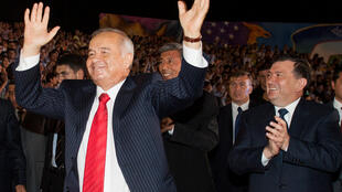 Президент Узбекистана Ислам Каримов (слева) танцует на праздновании дня независимости Узбекистана. Ему аплодирует премьер-министр Шавкат Мирзияв (справа). Узбекистан, Ташкент, 2007 год
