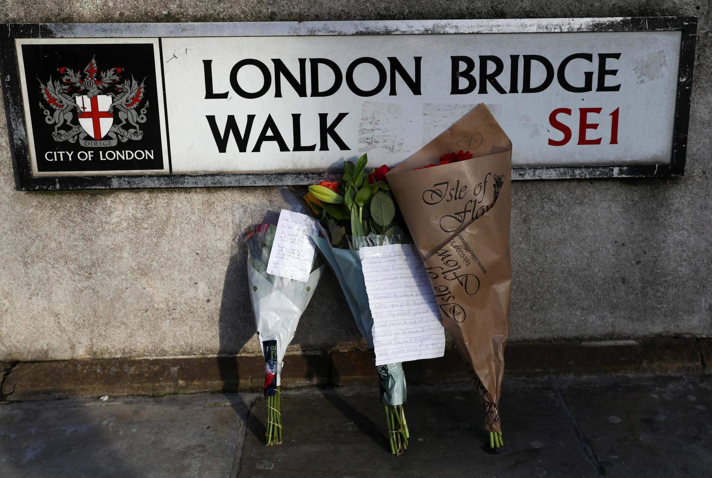 Des fleurs sont déposées sur le London Bridge, où une attaque au couteau a fait deux morts vendredi 29 novembre 2019.