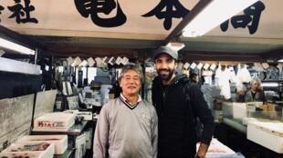 Le chef français Lionel Beccat sur le marché aux poissons de Tsukiji à Tokyo.