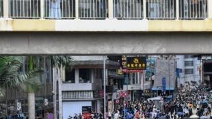 Hong Kong: la police a tiré des lacrymogènes et a arrêté des dizaines de manifestants descendus dans la rue pour dénoncer un projet de loi chinois sur la sécurité nationale imposé à la ville.