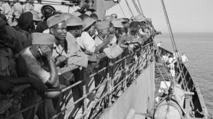 Des tirailleurs africains, en route vers les côtes françaises, lors du débarquement du 15 août 1944 en Provence.