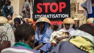 Des Burkinabè manifestent devant le palais de justice à Ouagadougou pour réclamer la vérité et la justice dans l'affaire du massacre de Yirgou, le 22 juin 2019.