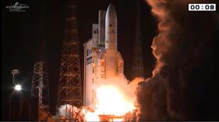 Lançamento do Ariane 5 da base de Kouru, na Guiana Francesa, na madrugada desta quarta-feira.