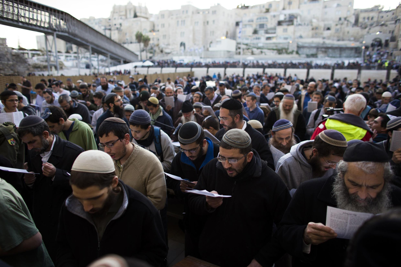 Prière devant le Mur des Lamentations à Jérusalem contre le plan de paix du secrétaire d'Etat américain John Kerry, le 30 janvier 2014. .