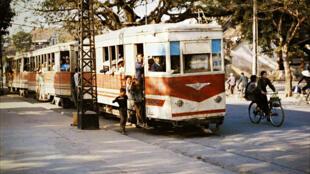Tầu điện trên phố Đinh Tiên Hoàng năm 1979.