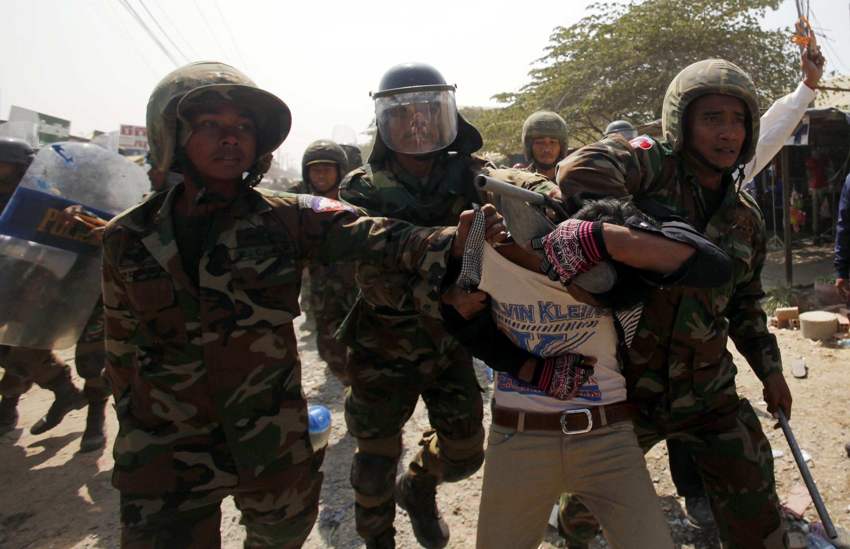 Cảnh sát trấn áp người biểu tình tại Phnom Penh ngày 2/1/2014.