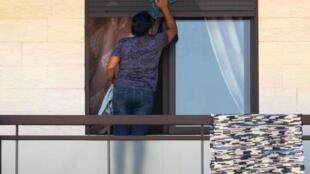Une employée de maison d'origine étrangère à Beyrouth, le 21 mai 2020.