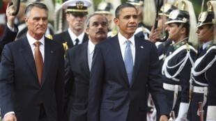 Le président américain Barack Obama (au centre) avec son homologue portugais Anibal Cavaco Silva (à gauche), le 19 novembre 2010.