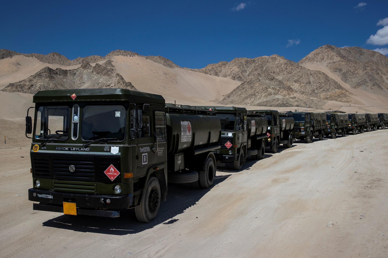 2020年9月15日,印度運送燃料的軍用油罐車駛向拉達克地區。