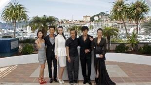 """Đạo diễn Lâu Diệp (giữa) chụp chung với các diễn viên trong phim """"Mystery"""" tại Liên hoan phim Cannes ngày 17/05/2012."""