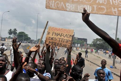 Des maniffestants pro-Ouattara expriment leur colère après les nouvelles violences de ce jeudi 3 mars 2011, à Abidjan.
