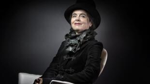 La escritora Amélie Nothomb está a la cabeza de las ventas de libros en Francia.