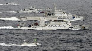 Tàu hải giám Trung Quốc chạy gần các tàu tuần duyên Nhật tại vùng biển Senkaku/Điếu Ngư.