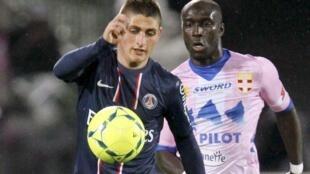 Le milieu de terrain italien du PSG Marco Verratti devant l'attaquant ivoirien d'Evian Yannick Sagbo.