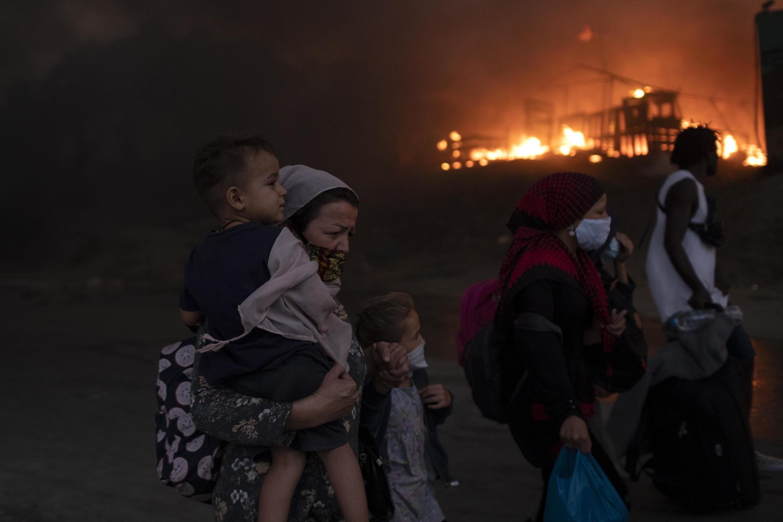 Des migrants fuient le camp de réfugiés de Moria lors d'un deuxième incendie, sur l'île de Lesbos, dans le nord-est de la mer Égée, en Grèce, le mercredi 9 septembre 2020.