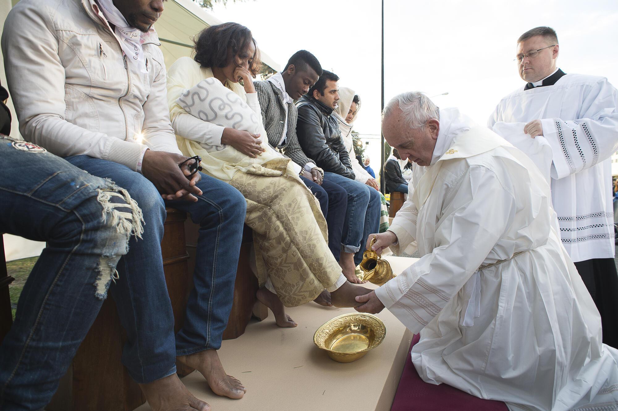 Папа омывает ноги беженцам