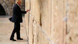 Donald Trump mbele ya ukuta wa Ukuta wa Maombolezo mjini Jerusalem , Mei 22, 2017.