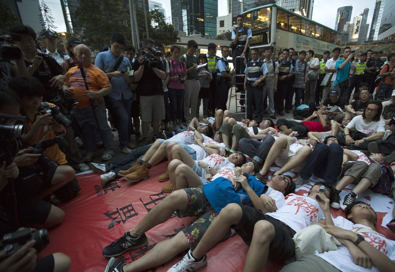 Sinh viên Hồng Kông diễn lại sự kiện Thiên An Môn trong cuộc biểu tình ngày 26/05/2013 nhân kỷ niệm 24 năm vụ thảm sát.