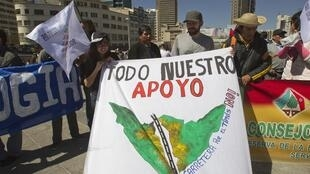 Des indigènes anti route brandissent une bannière à La Paz, le 10 juillet 2012.