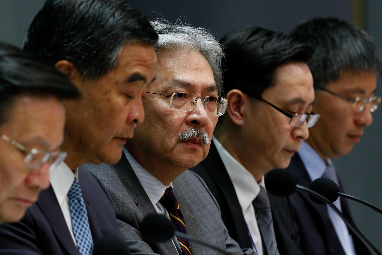 香港特首梁振英(左二)2016年9月21日在记者会上。