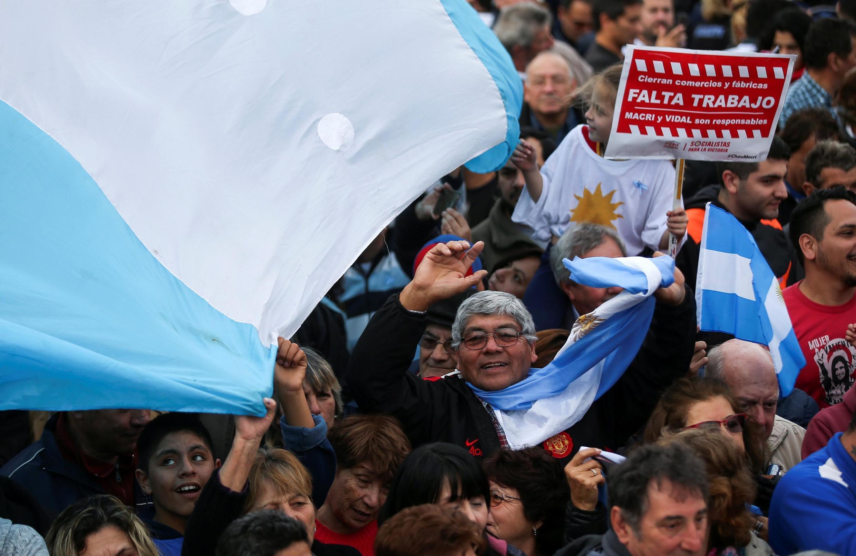 Multidão comparece a comício do candidato a presidente da Argentina, Alberto Fernández, e a vice-presidente, Cristina Kirchner, em Buenos Aires, 25 de maio de 2019.