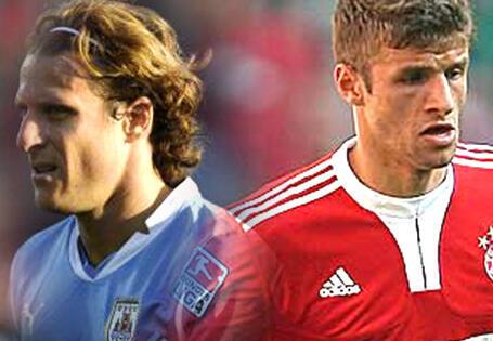 Hai cầu thủ Diego Forlan (Uruguay) và Thomas Muller (Đức)