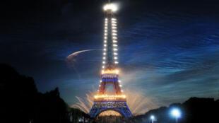Nghệ thuật thắp đèn làm sáng tháp Eiffel (Photo : Edmond Sadaka)