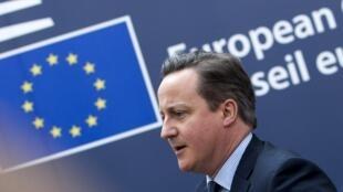 O primeiro-ministro britânico, David Cameron, ao chegar à cúpula de Bruxelas nesta quinta-feira (18).