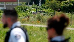 巴黎郊区一监狱头号重犯越狱成功。持枪者劫持一架直升机降落在监狱内。他们逃走后部分烧毁了直升机   2018年7月1日