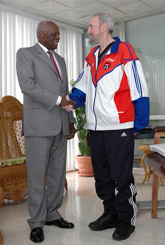 """Apretón de manos entre el presidente de Angola, José Eduardo dos Santos y Fidel Castro en septiembre del 2007. El país africano ha agradecido la """"Operación Carlota"""" que Cuba realizó en el país africano a partir de 1975."""