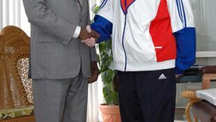 Aperto de mão entre o presidente de Angola, José Eduardo dos Santos, e o presidente de Cuba, Fidel Castro. 22/09/2007