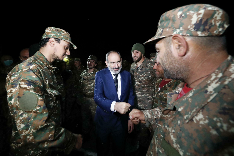 Le Premier ministre Nikol Pachinian salue des réservistes de l'armée arménienne à Erevan le 16 octobre 2020.