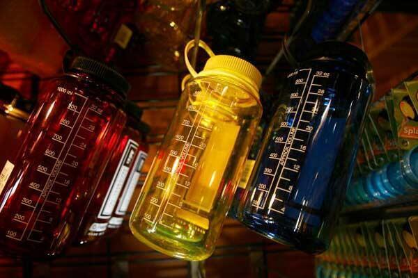 Dans certains pays, les récipients en plastique contenant du bisphénol dans la fabrication sont interdits à la vente.