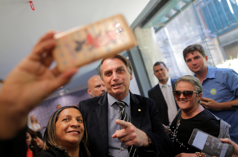 Jair Bolsonaro posa para fotografías en el Congreso Nacional, Brasilia, este 4 de septiembre de 2018.