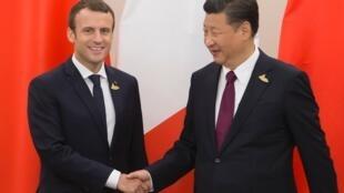 7月8日,汉堡G20峰会期间,法国总统马克龙与中国国家主席习近平握手。