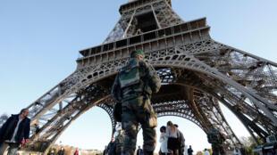 Soldado faz segurança da Torre Eiffel, em Paris