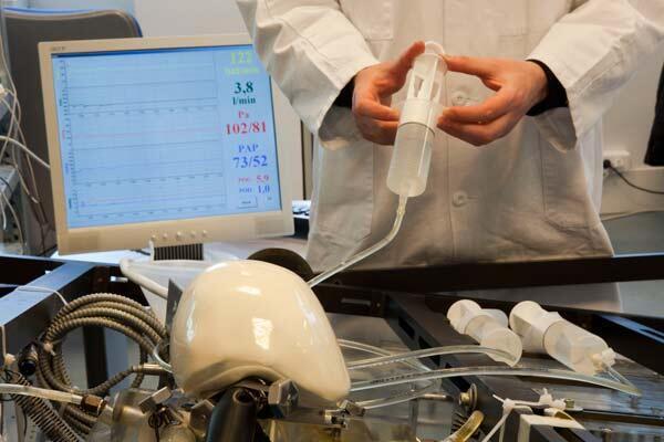 Le coeur artificiel développé par l'équipe du Pr Alain Carpentier sur le banc d'essai.