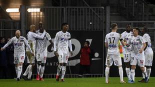 L'attaquant d'Amiens, Sehrou Guirassy (3g) félicité par ses coéquipiers après son but face au Paris-SG, en Ligue 1, à Amiens, le 15 février 2020
