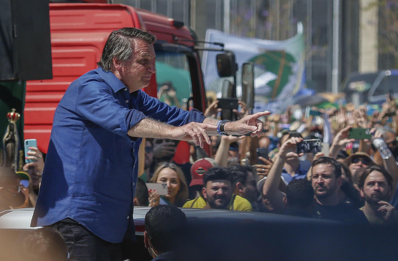 El presidente brasileño, Jair Bolsonaro, saluda a sus partidarios durante una manifestación en aoyo a su gestión, en el marco del Día de la Independencia de Brasil, en Brasilia el 7 de septiembre de 2021