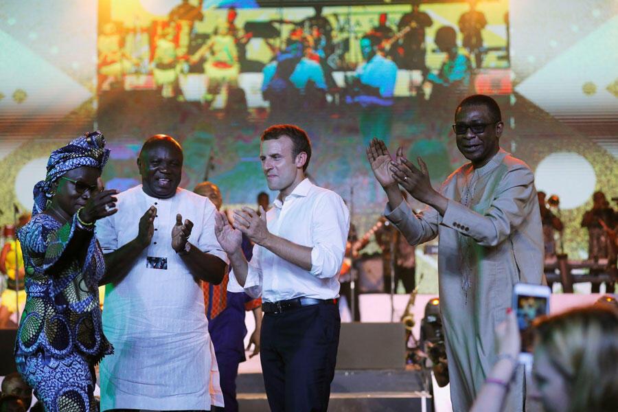 Le président français Emmanuel Macron, sur la scène du Shrine avec la chanteuse béninoise Angélique Kidjo, le gouverneur de l'Etat de Lagos Akinwunmi Ambode et le chanteur sénégalais Youssou N'Dour, le 3 juillet 2018.