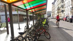 A la gare RER de Vincennes, près d'une centaine de vélos, accrochés dans un espace aménagé et couvert